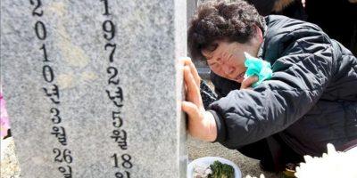 Una mujer, familiar de una víctima, llora hoy, durante una ceremonia en honor a las víctimas del hundimiento del buque de guerra Cheonan, en el cementerio Nacional de Daejeon, 164 kilómetros al sur de Seúl (Corea del Sur). EFE