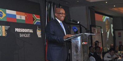 El presidente sudafricano, Jacob Zuma, pronuncia un discurso de apertura durante un banquete en honor a los líderes del grupo BRICS asistentes a la quinta cumbre anual, en Durban, Sudáfrica, hoy. EFE