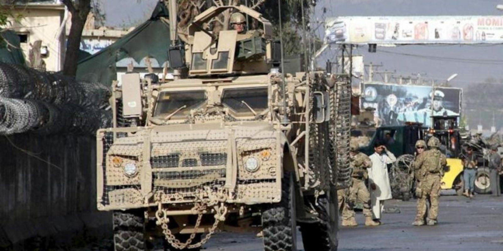 Soldados de EEUU y oficiales afganos aseguran los alrededores del escenario de un atentado suicida con bomba perpetrado hoy contra unas oficinas policiales en Jalalabad, en el que al menos cinco oficiales han muerto, en Afganistán. EFE