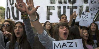 """Estudiantes con la palabra """"No"""" escrita en las palmas de las manos se manifiestan hoy frente al Parlamento en Nicosia, Chipre. EFE"""
