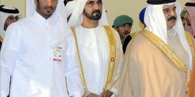 El primer ministro de Emiratos Árabes Unidos, Mohamed bin Rashed al Maktum (2º izq), y el rey de Baréin, Hamad bin Isa al Jalifa (dcha), a su llegada a la inauguración hoy de la cumbre de la Liga Árabe en Doha. EFE