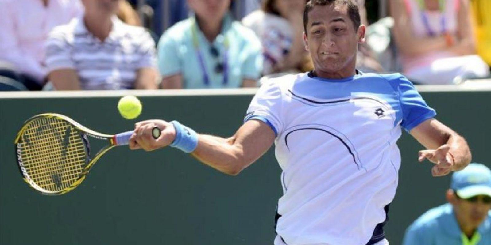 El tenista español Nicolás Almagro devuelve la bola al francés Richard Gasquet durante el partido de cuarta ronda del torneo de tenis de Miami que disputaron en Miami, Florida, Estados Unidos. EFE