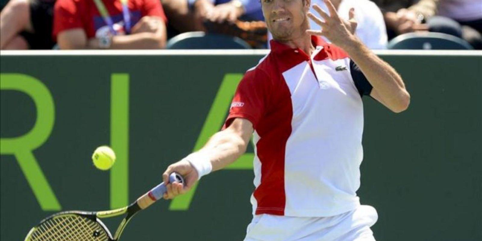 El tenista francés Richard Gasquet devuelve la bola al español Nicolás Almagro durante el partido de cuarta ronda del torneo de tenis de Miami que disputaron en Miami, Florida, Estados Unidos. EFE
