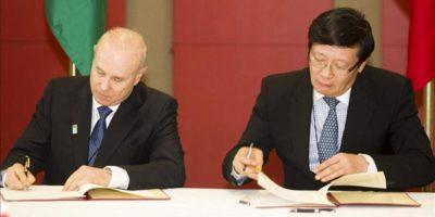 El ministro de Finanzas brasileño, Guido Mantega (i), y su homólogo chino, Lou Jiwei, firman un memorando de entendimiento en Durban, Sudáfrica, hoy, martes 26 de marzo de 2013, en el marco de la cumbre del grupo BRICS, que sus países integra junto con Rusia, India y Sudáfrica. EFE