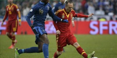 El centrocampista de la selección española, Andrés Iniesta (d) lucha por el balón con el centrocampista francés Paul Pogba (i) durante el partido clasificatorio contra Francia para el Mundial de Brasil 2014 disputado en el estadio de Francia de Saint Denis, cerca de París, Francia. EFE