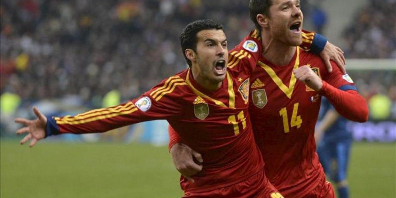 El centrocampista de la selección española, Pedro Rodríguez (i) celebra con su compañero Xabi Alonso (d) su gol ante Francia durante el partido clasificatorio contra Francia para el Mundial de Brasil 2014 disputado en el estadio de Francia de Saint Denis, cerca de París, Francia. EFE