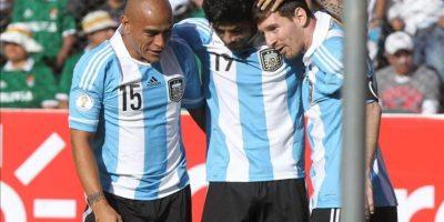 El jugador de Argentina Ever Banegas (c) celebra su gol ante Bolivia con sus compañeros Clemente Rodríguez (i) y Lionel Messi (d) durante el partido por las eliminatorias suramericanas al Mundial Brasil 2014 en el estadio Hernando Siles de La Paz. EFE
