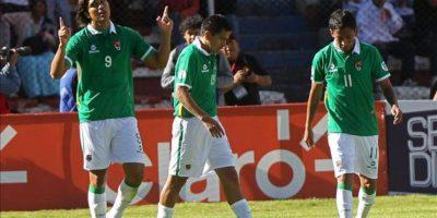 El jugador de Bolivia Marcelo Martins (i) celebra su gol ante Argentina durante el partido por las eliminatorias suramericanas al Mundial Brasil 2014 en el estadio Hernando Siles de La Paz. EFE
