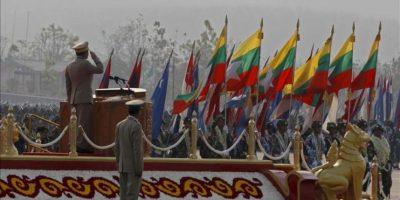 El general Min Aung Hlaing (c-i), comandante del Ejército de Birmania hoy, durante la celebración del 68 aniversario del Día de las Fuerzas Armadas en Naypyitaw, Birmania. EFE