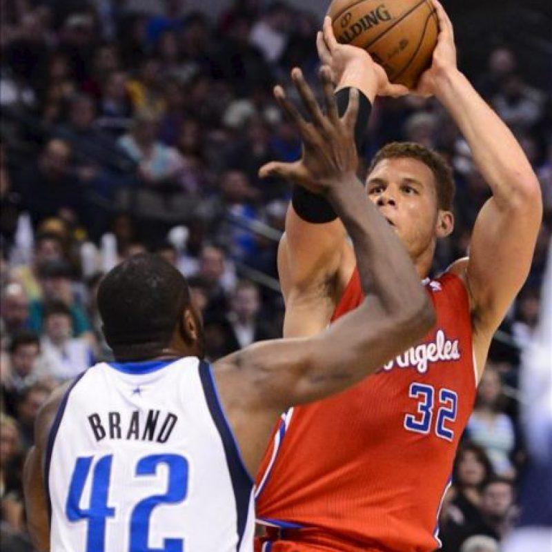 Blake Griffin (d) de los Clippers en acción ante Elton Brand (i) de los Mavericks durante un partido de la NBA disputado en el American Airlines Center en Dallas, Texas (EEUU). EFE