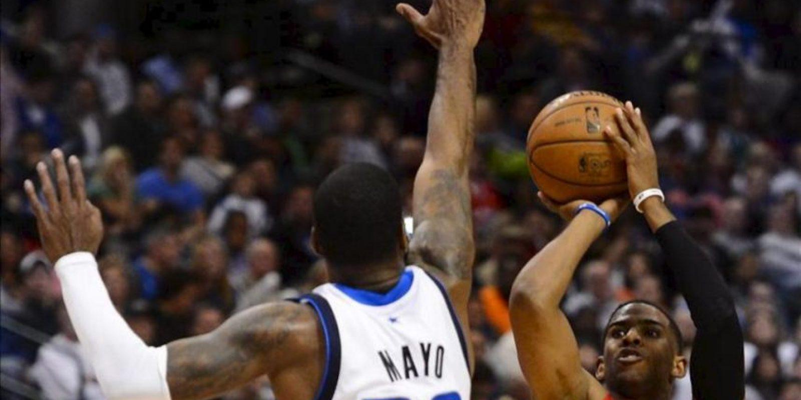 Chris Paul (d) de los Clippers en acción ante O.J. Mayo (i) de los Mavericks durante un partido de la NBA disputado en el American Airlines Center en Dallas, Texas (EEUU). EFE