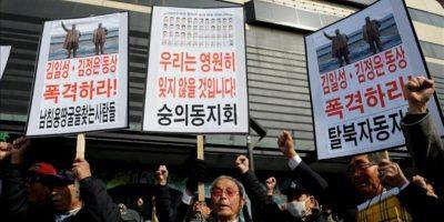Activistas surcoreanos muestran pancartas y corean consignas durante una manifestación contra Corea del Norte ayer. EFE