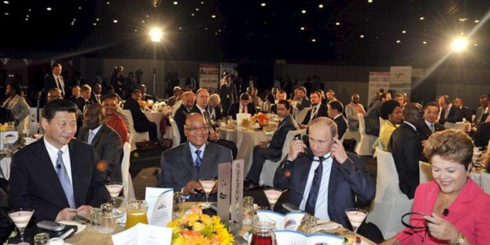 El presidente sudafricano, Jacob Zuma (2º izq), el presidente chino, Xi Jinping (izq), su homólogo ruso, Vladímir Putin (2º dcha), y la presidenta brasileña, Dilma Rousseff (dcha), asisten hoy a un desayuno de trabajo durante un encuentro celebrado en el ámbito de la 5ª Cumbre del grupo BRICS (Brasil, Rusia, India, China y Sudáfrica) en Durban (Sudáfrica). EFE