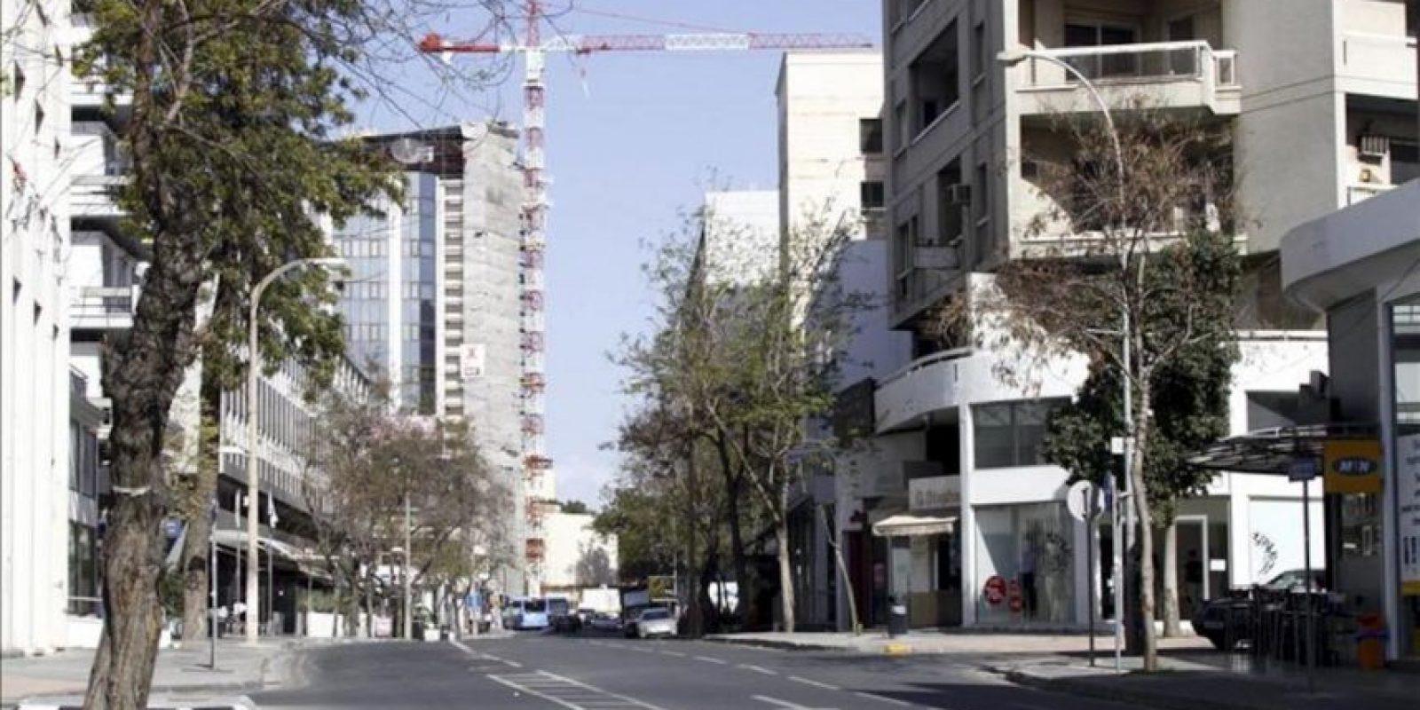 La céntrica avenida Nicosia amanece desierta hoy en Nicosia, Chipre. Los chipriotas esperan la apertura de los bancos a primera hora de mañana, aunque con calma puesto que deducen que los movimientos de capital estarán sujetos a restricciones y dudan además de que las entidades financieras estén en condiciones de operar ya el jueves. EFE