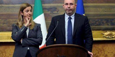 La portavoz del Movimiento 5 Estrellas (M5S) en la Cámara de los Diputados, Roberta Lombardi (i), y el portavoz del M5S en el Senado, Vito Crimi, tras su reunión hoy con el líder de centroizquierda, Pier Luigi Bersani, en la Cámara baja en Roma. EFE