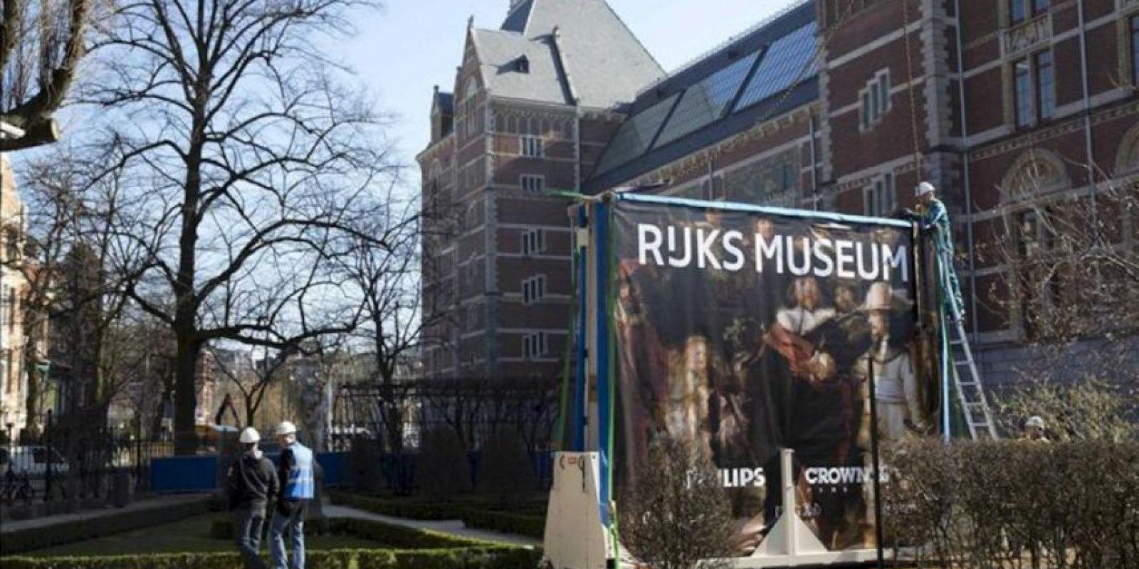 """Un cartel del cuadro """"La Ronda de Noche"""", la obra maestra del pintor holandés del claroscuro Rembrandt van Rijn, expuesto a las puertas del Rijksmuseum de Amsterdam (Holanda) hoy. EFE"""