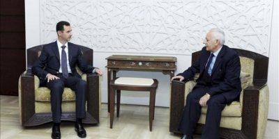 Fotografía facilitada por la Agencia de Noticias siria SANA, del presidente sirio, Bachar al Asad (i), durante la ceremonia de juramento del nuevo Presidente del Consejo de Estado, Mohamed Yousef al-Hussein (d), en Damasco, Siria, el 26 de diciembre de 2012. EFE/Archivo