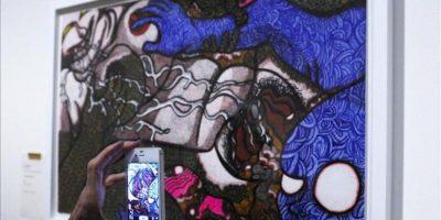 """Una visitante hace una fotografía con su móvil de una obra de Marie Suzuki expuesta en la muestra """"Souzou: Outsider art from Japan"""", en la galería Wellcome de Londres, Reino Unido. EFE"""