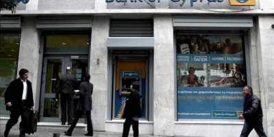 Varias personas entran a la sede del Banco de Chipre en Atenas (Grecia) hoy. EFE