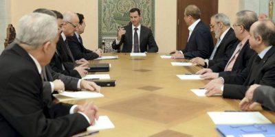 Fotografía facilitada por la agencia de noticias oficial, SANA, que muestra al presidente sirio Bachar al-Assad (c) durante una reunión mantenida con el comité ministerial para tratar sobre el programa político y poner fin al conflicto vigente en el país, en el palacio presidencial en Damasco, Siria, hoy, miércoles 27 de marzo de 2013. EFE