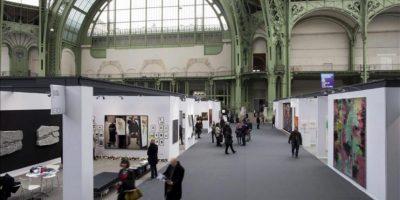 """Varias personas visitan la muestra """"Arte París, arte justo"""" (""""Art Paris Art Fair""""), en el Grand Palais en París, Francia, hoy, miércoles 27 de marzo de 2013. EFE"""