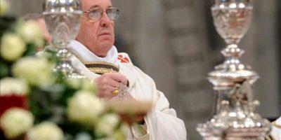 El papa Francisco oficia hoy en la basílica de San Pedro del Vaticano la Misa Crismal, que abre el Triduo Pascual y durante la cual los sacerdotes renuevan las promesas sacerdotales, pobreza, castidad y obediencia. EFE
