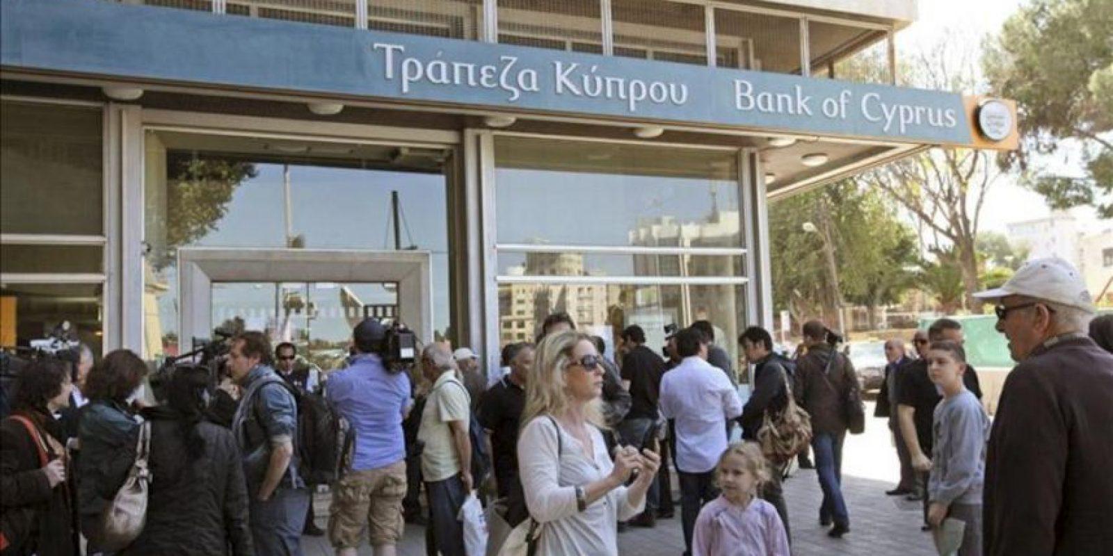 Chipriotas aguardan la apertura de una sucursal del Banco de Chipre, en Nicosia, hoy, jueves 28 de marzo de 2013. EFE