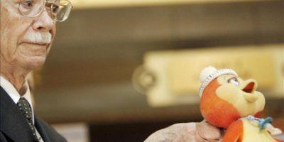 """Fotografía tomada en noviembre de 2009 en la que se registró al historietista argentino de origen español Manuel García Ferré al sostener al muñeco de Petete, durante la presentación de una versión actualizada de """"El libro gordo de Petete"""", en Buenos Aires (Argentina). EFE/Archivo"""