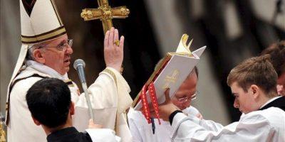 El papa Francisco (i) oficia en la basílica de San Pedro del Vaticano la Misa Crismal, que abre el Triduo Pascual y durante la cual los sacerdotes renuevan las promesas sacerdotales, pobreza, castidad y obediencia, en el Vaticano, hoy, jueves 28 de marzo de 2013. EFE