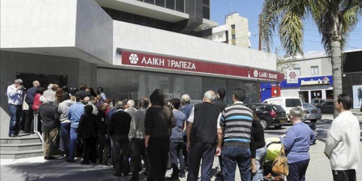 Los bancos de Chipre vuelven a abrir puertas en calma pero con restricciones