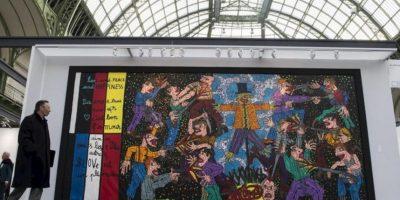 """Un visitante observa una obra del artista francés Robert Combas expuesta durante la muestra """"Arte París, arte justo"""" (""""Art Paris Art Fair""""), en el Grand Palais en París, Francia, hoy, miércoles 27 de marzo de 2013. EFE"""