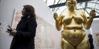 """Una mujer pasa junto a una obra del artista indio Ravinder Reddy expuesta durante la muestra """"Arte París, arte justo"""" (""""Art Paris Art Fair""""), en el Grand Palais en París, Francia, hoy, miércoles 27 de marzo de 2013.EFE"""