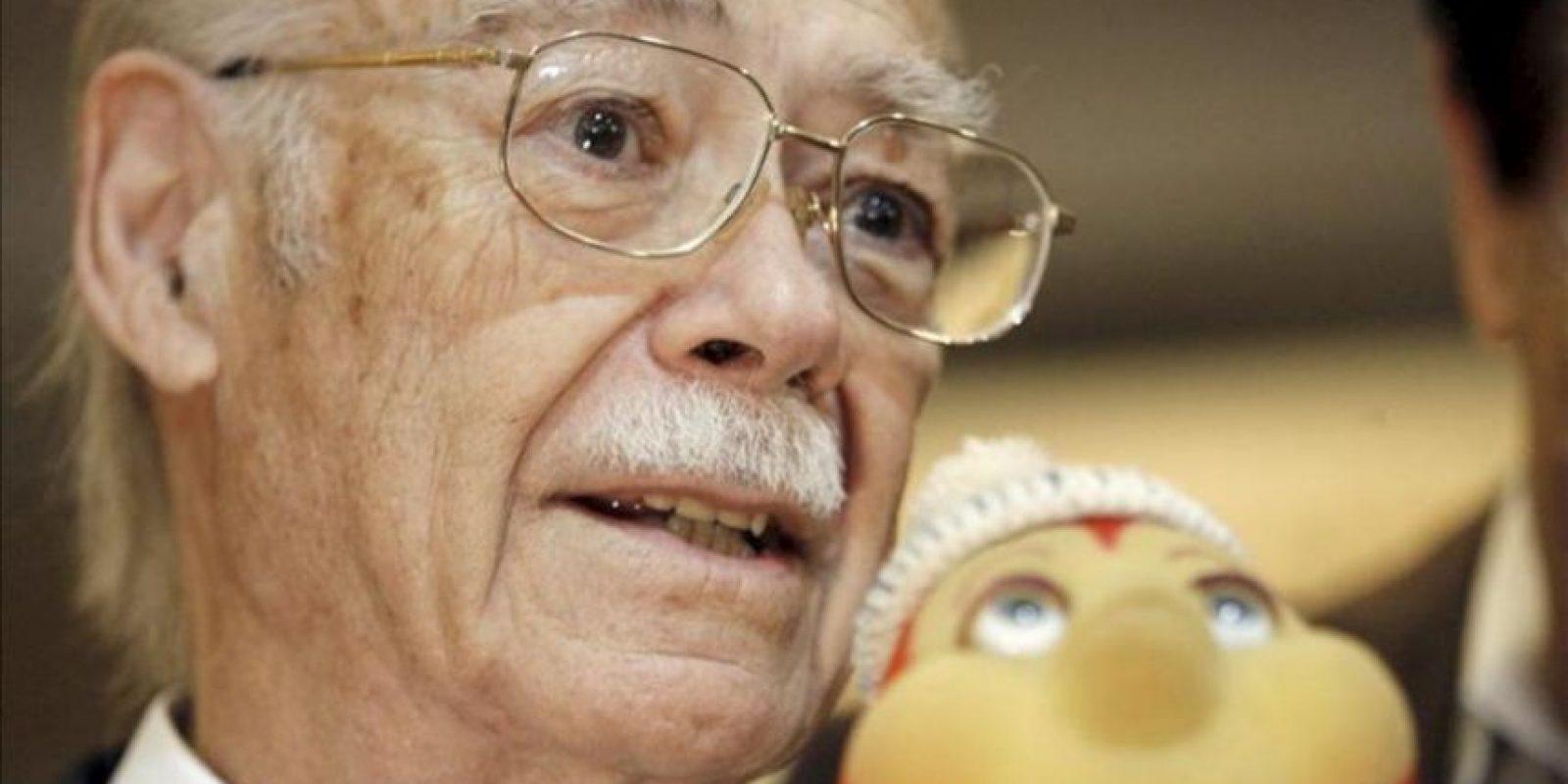 El historietista argentino de origen español Manuel García Ferré junto a un muñeco de su personaje Petete. EFE/Archivo