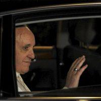 El Papa Francisco saluda tras su visita a la cárcel romana de menores de Casal del Marmo en Roma, Italia. EFE