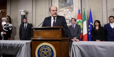 El líder del centroizquierda italiano, Pier Luigi Bersani, ofrece una rueda de prensa tras su reunión con el presidente italiano, Giorgio Napolitano, en Roma (Italia). EFE