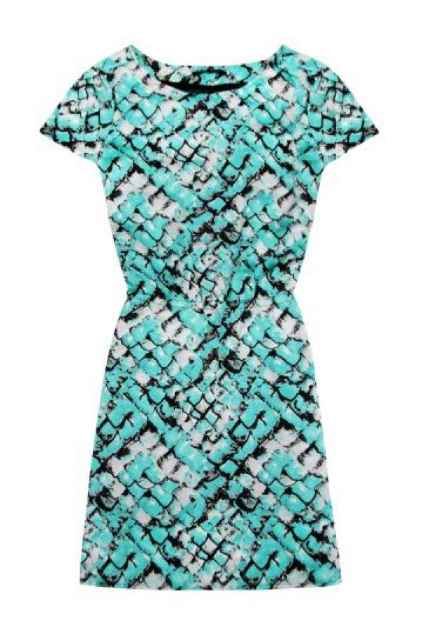 Si no quiere complicarse la vida, pero tampoco verse tan imponente, un vestido con grafías, como este de Azulu, puede ser perfecto. Foto:Azulu