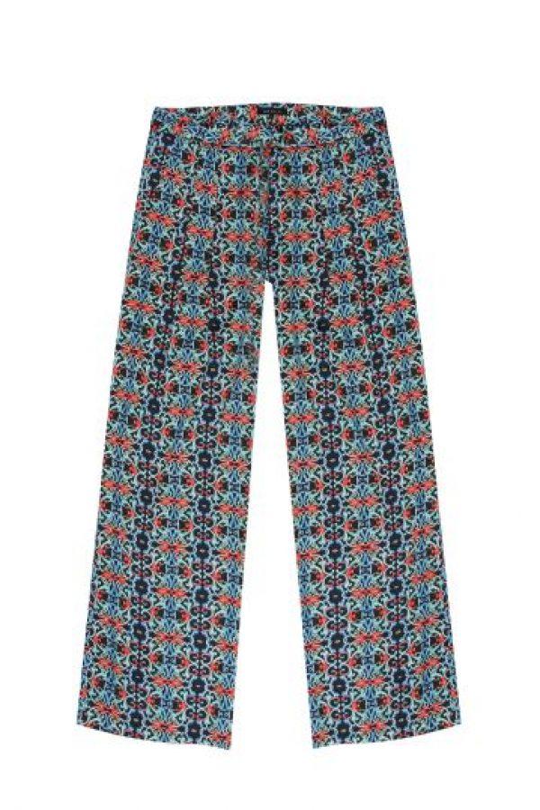 Otra buena opción son los maxi- pantalones, como este propuesto por Azulu, que se pusieron de moda desde el año pasado, ,pero con grafías. Un top sencillo, y sandalias de plataforma o planas, según el plan, ayudarán a cualquier conjunto. Foto:Azulu