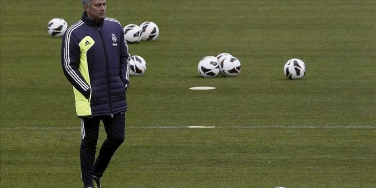 El técnico portugués del Real Madrid, José Mourinho, durante el último entrenamiento hoy de la plantilla en la Ciudad del Real Madrid en Valdebebas de cara al partido de mañana ante el Zaragoza en La Romareda. EFE