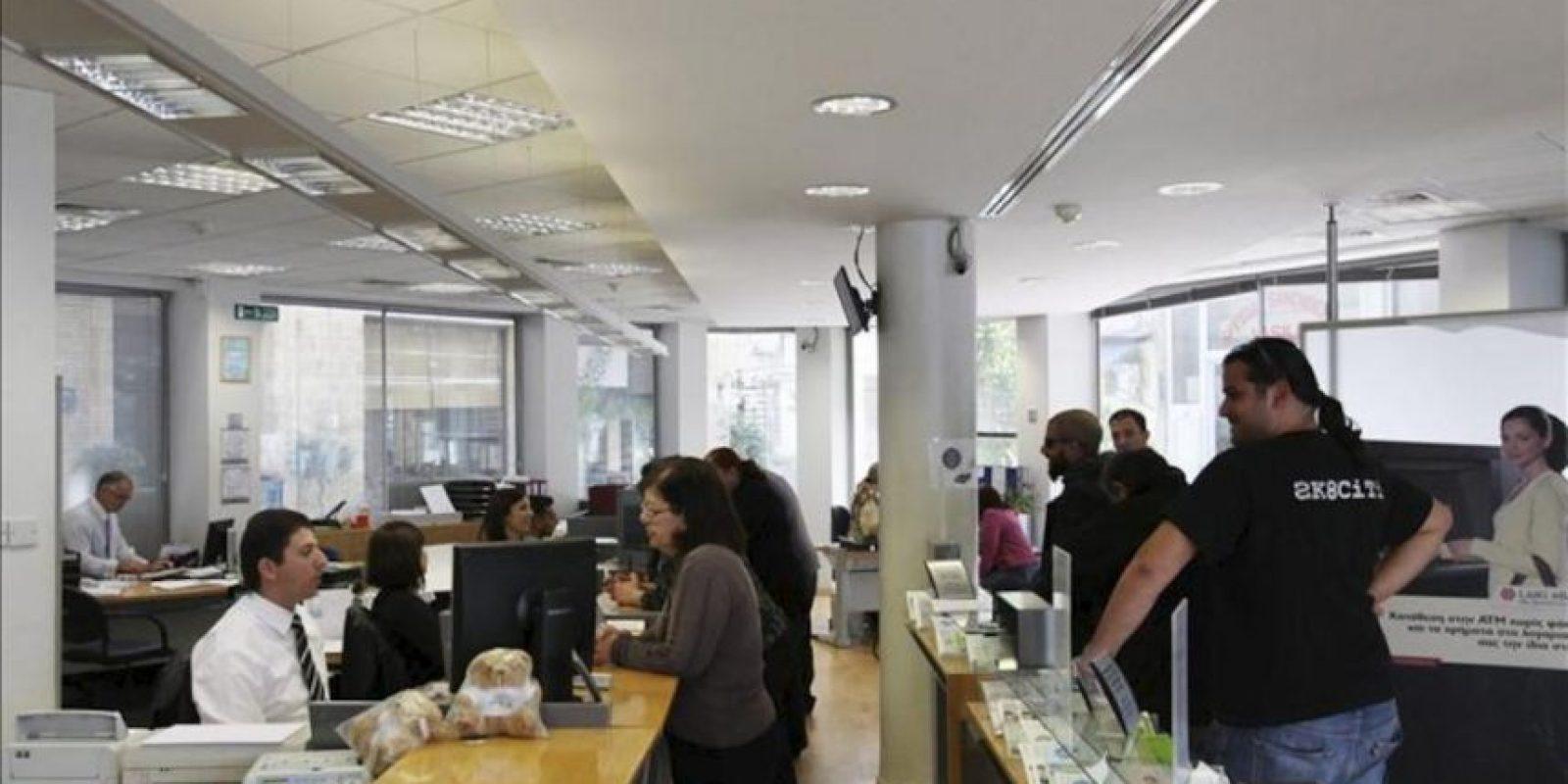 Vista del interior de una sucursal del Banco Laiki en Nicosia (Chipre) hoy, viernes 29 de marzo de 2013. Tras un arranque sin mayores contratiempos el jueves, los bancos chipriotas tienen hoy su segunda jornada de apertura al público y la última de la semana para la mayoría de ellos. EFE