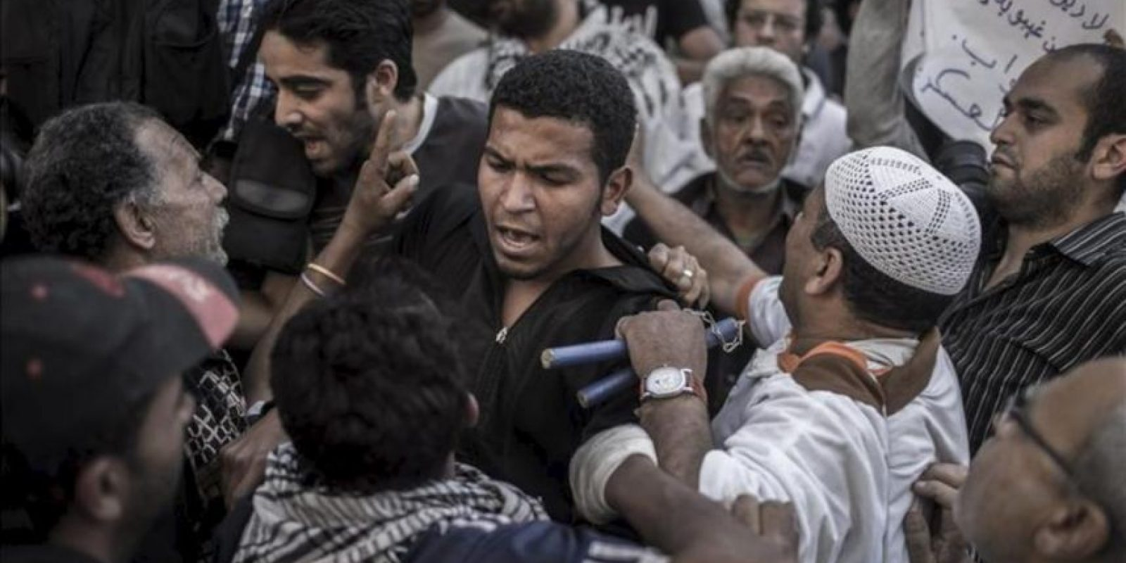 Manifestantes egipcios discuten sobre si los militares deben o no volver a tomar el control en el marco de una protesta frente a la oficina de la Fiscalía en El Cairo (Egipto). EFE