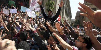 Manifestantes egipcios gritan consignas durante una protesta frente a la oficina de la Fiscalía en El Cairo (Egipto). EFE