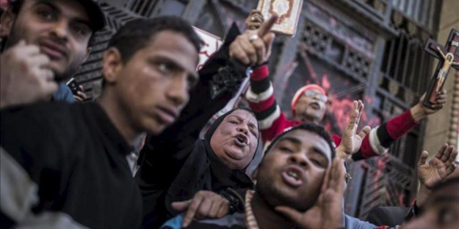 Manifestantes protestan contra el presidente egipcio, Mohamed Mursi, y contra los Hermanos Musulmanes frente a la oficina de la Fiscalía en El Cairo (Egipto). EFE