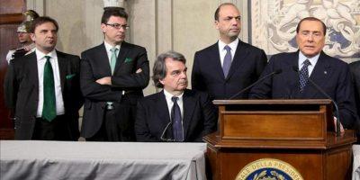 El líder del Pueblo de la Libertad (PDL), Silvio Berlusconi (dcha), da una rueda de prensa tras la reunión mantenida con el presidente italiano, Giorgio Napolitano, en Roma (Italia). EFE