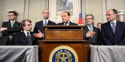 El líder del Pueblo de la Libertad (PDL), Silvio Berlusconi (c), da una rueda de prensa tras la reunión mantenida con el presidente italiano, Giorgio Napolitano, en Roma (Italia). EFE