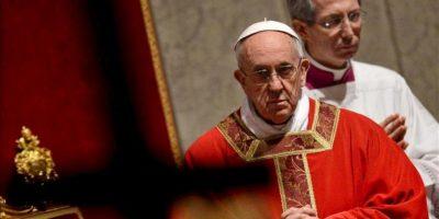 El papa Francisco durante la celebración del Viernes Santo en la Basílica de San Pedro en el Vaticano. EFE