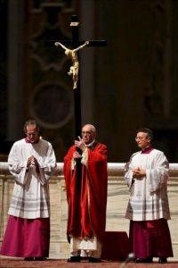 El papa Francisco (centro) sostiene un crucifijo durante la celebración del Viernes Santo en la Basílica de San Pedro en el Vaticano. EFE