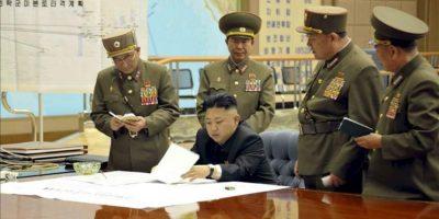 """El líder norcoreano, Kim Jong-un, durante una reunión en la madrugada de este viernes en la que ordenó tener preparados sus misiles para atacar en """"cualquier momento"""" intereses de EEUU y Corea del Sur. EFE/KCNA"""