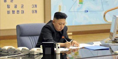 """Fotografía cedida hoy que muestra al líder norcoreano, Kim Jong-un, durante una reunión en la madrugada de este viernes en un lugar indeterminado, en la que ordenó tener preparados sus misiles para atacar en """"cualquier momento"""" intereses de EEUU y Corea del Sur. EFE/KCNA"""