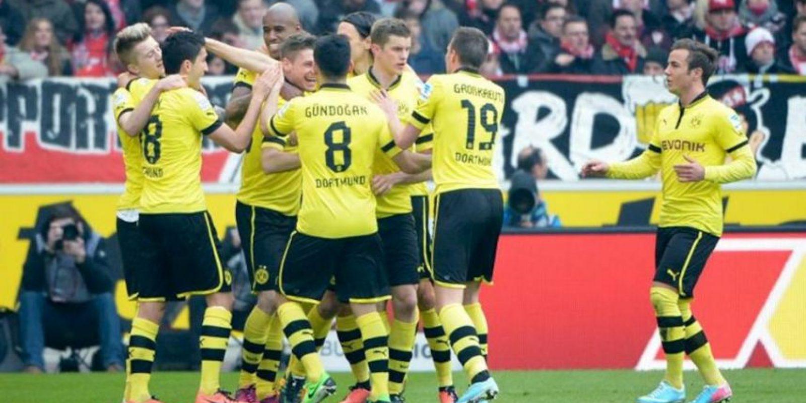 Los jugadores del Dortmund celebran uno de los dos goles que han dado el triunfo al equipo de amarillo en el Mercedes Benz-Arena de Stuttgart, Alemania. EFE