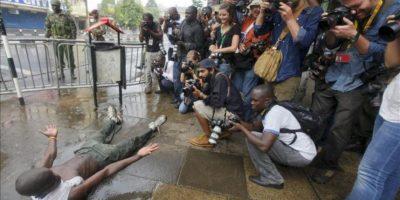 Un seguidor el primer ministro y principal candidato derrotado, Raila Odinga (i) se muestra ante los fotógrafos cerca del el Tribunal Supremo, en Nairobi, Kenia. EFE